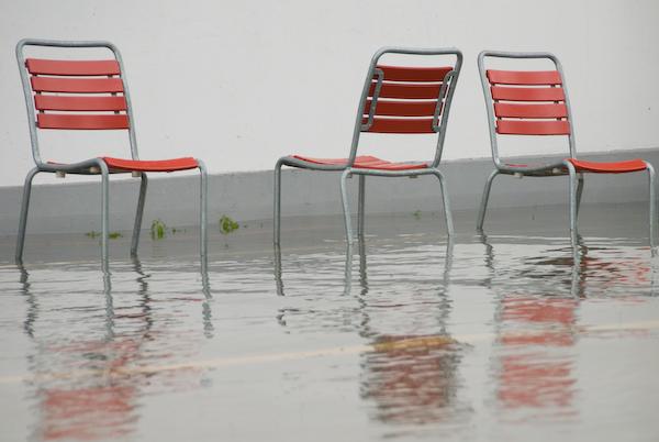 Überschwemmung Seeland - Stühle beim Strandbad Biel