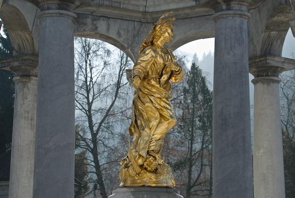 Engel beim Brunnen vor der Klosterkirche Einsiedeln