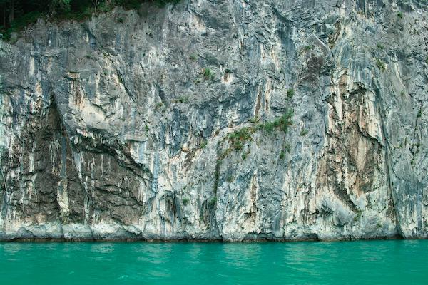 An den Vierwaldstättersee grenzender Fels