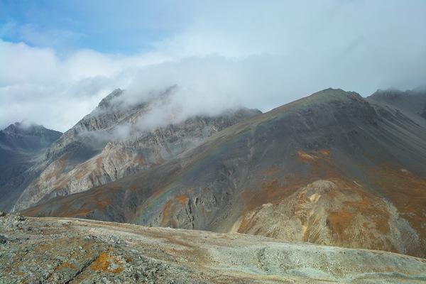 Wolkenverhangener Piz Vallatscha von den Munt da la Bescha aus gesehen