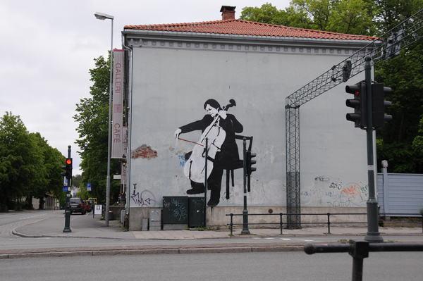 Cellist an einer Hausmauer in Trondheim