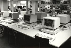 Abbildung 1 Der Katalogsaal der ETH-Bibliothek mit ETHICS-Terminals