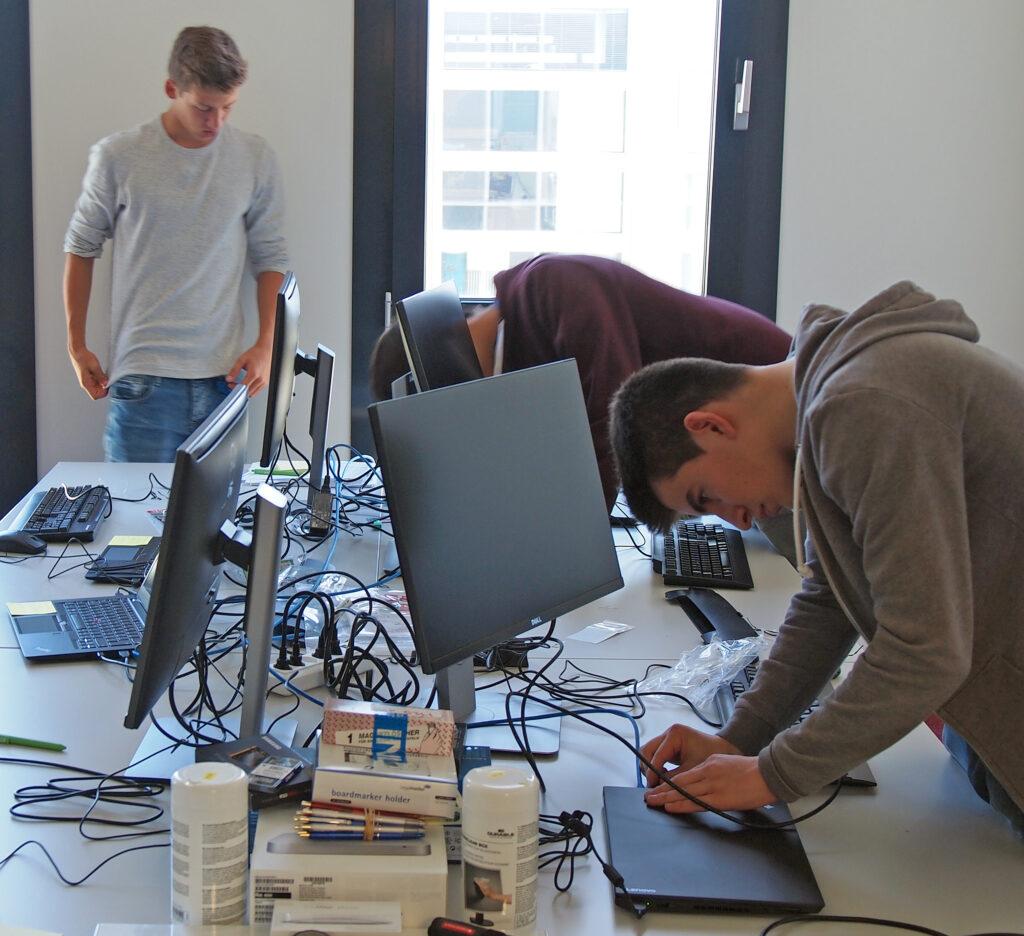 2016: Die Informatiklernenden richten sich in den neuen Büros ein