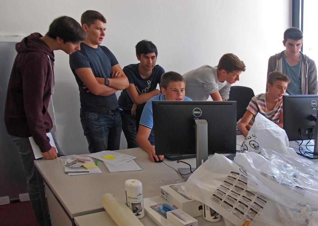 Gruppenarbeit im IT Lehrlabor im 1. Lehrjahr. Wie die Zeit vergeht.