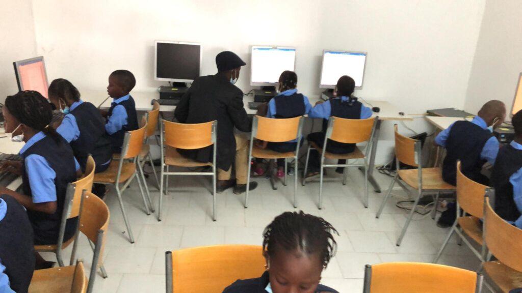 Bilder des Klassenraumes mit den ID-PCs