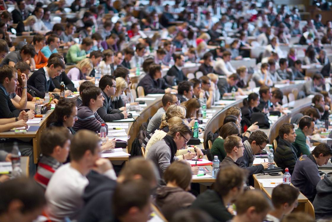 """""""Studierende"""" or """"Studentinnen und Studenten"""" in a full lecture hall."""